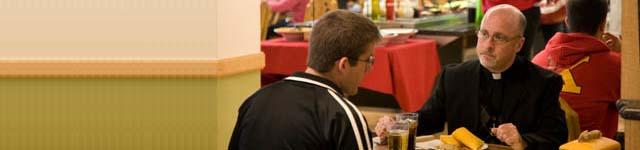 kunigas kavinėje